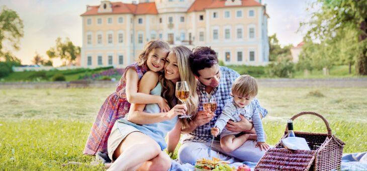 V zahradě zámku Liblice se v červnu baví celá rodina